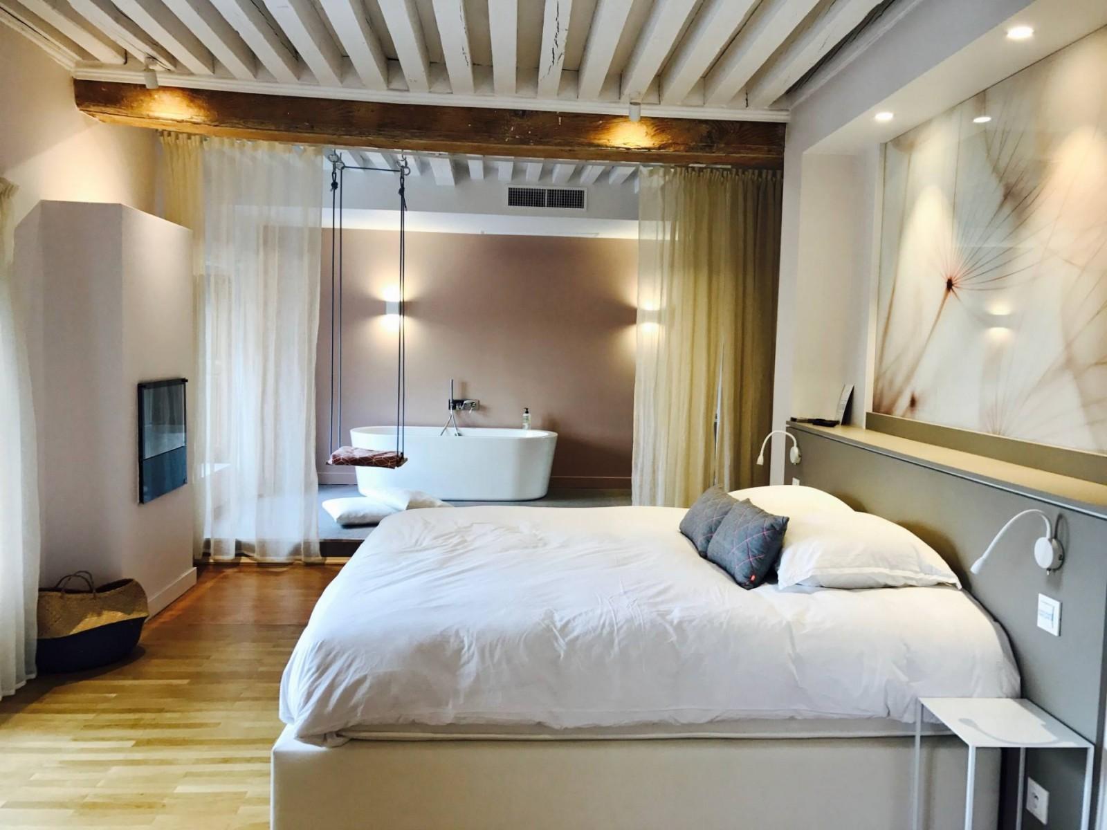 SUITE AVEC BALANÇOIRE AU MI HOTEL