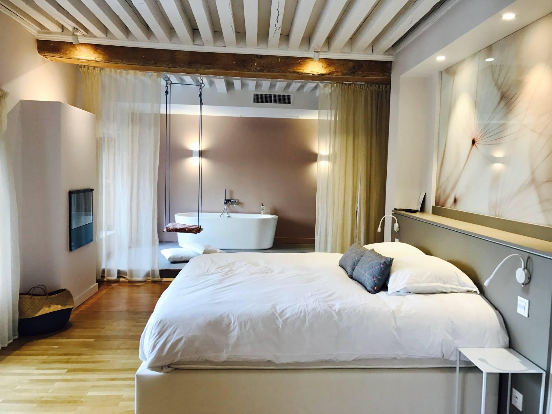 Suite avec balan oire au mi hotel juste maudinette for Appart hotel paris au mois
