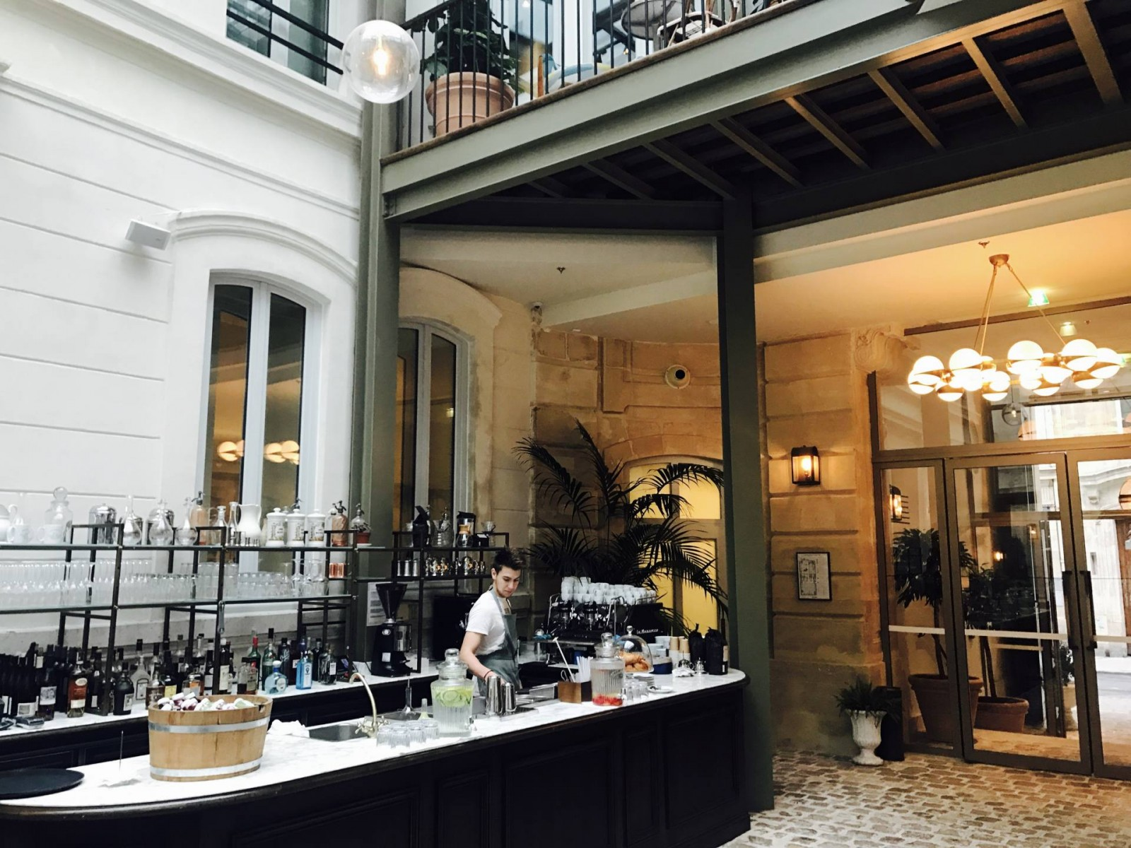 DEUX HOTELS CANON A PARIS